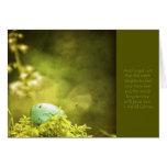 Huevo de los petirrojos en la foto del musgo con tarjeta de felicitación