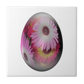 huevo de Pascua con las flores llamativas Tejas