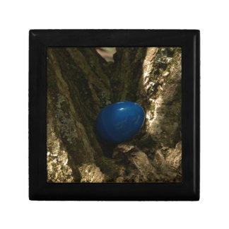 huevo de Pascua en un árbol para la caza del huevo Joyero Cuadrado Pequeño