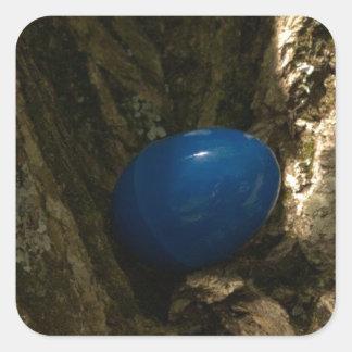 huevo de Pascua en un árbol para la caza del huevo Pegatina Cuadrada