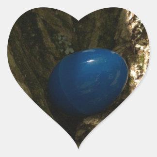 huevo de Pascua en un árbol para la caza del huevo Pegatina En Forma De Corazón