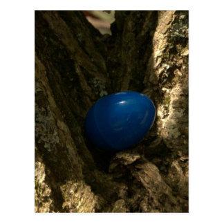 huevo de Pascua en un árbol para la caza del huevo Postales