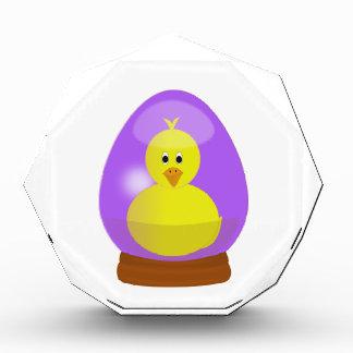 Huevo de Pascua púrpura un dibujo animado del pato