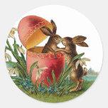 Huevo del vintage y el besarse de los conejos de pegatina redonda