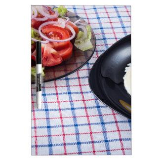 Huevo frito con la ensalada de la yema de huevo y pizarra