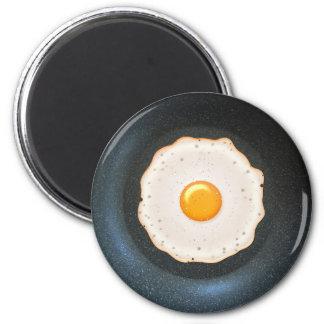 Huevo frito en la cacerola - imán para el