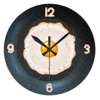 Huevo frito en la cacerola - reloj del diseño de