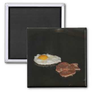 Huevo frito y hamburguesa en la parada de calle, T Imán Cuadrado