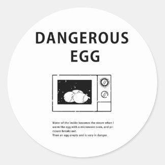 Huevo peligroso pegatina redonda