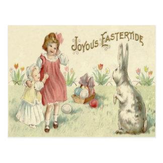 Huevos coloreados cesta del conejito de pascua de tarjetas postales