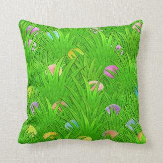 Huevos coloreados en almohada de la hierba