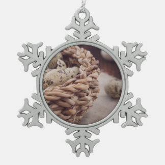 Huevos de codornices en jerarquía adorno de peltre en forma de copo de nieve