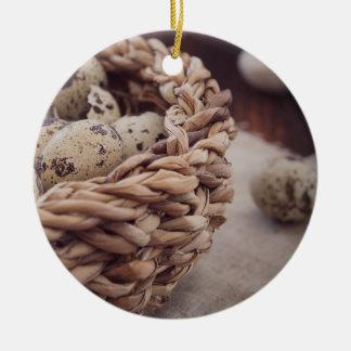 Huevos de codornices en jerarquía adorno navideño redondo de cerámica