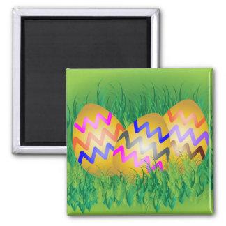 Huevos de Pascua adornados del oro en hierba Imán Cuadrado