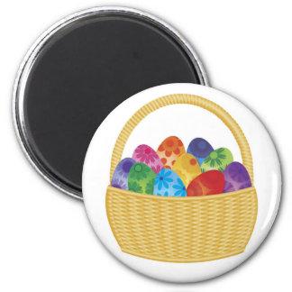 Huevos de Pascua coloridos en imán de la cesta