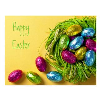 Huevos de Pascua coloridos en jerarquía verde Tarjeta Postal