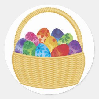 Huevos de Pascua coloridos en pegatina de la cesta