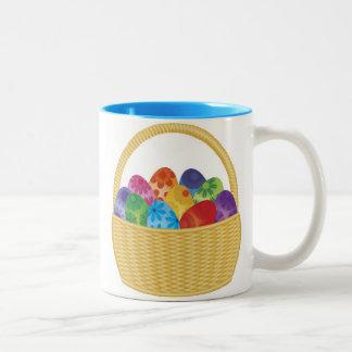 Huevos de Pascua coloridos en taza de la cesta