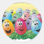 Huevos de Pascua con las caras en hierba Pegatina Redonda