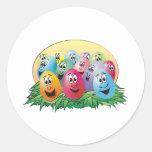 Huevos de Pascua con las caras en hierba Pegatinas Redondas