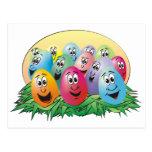 Huevos de Pascua con las caras en hierba Postal