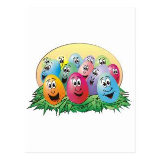Huevos de Pascua con las caras en hierba Postales