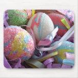 Huevos de Pascua en una cesta Alfombrillas De Ratones