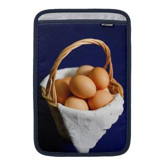 Huevos en una cesta fundas MacBook