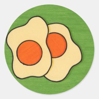 Huevos en una placa pegatina redonda