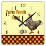 Huevos frescos de la granja reloj de pared