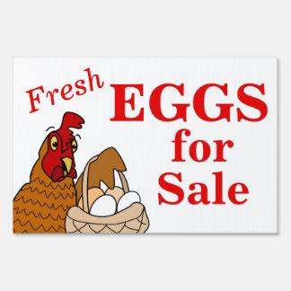 Huevos frescos para la ponedora del dibujo animado señales