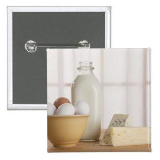 Huevos frescos queso y leche en contador pins
