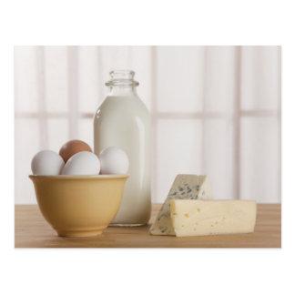 Huevos frescos queso y leche en contador tarjetas postales