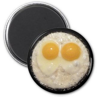 Huevos fritos en imán del sartén del arrabio