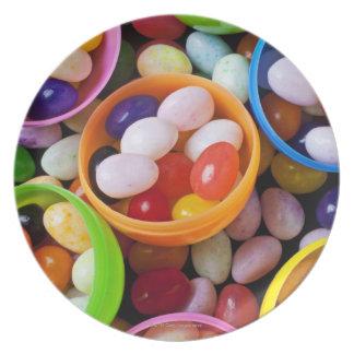 Huevos plásticos llenados de las habas de jalea platos