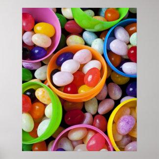 Huevos plásticos llenados de las habas de jalea póster