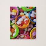 Huevos plásticos llenados de las habas de jalea puzzles