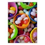 Huevos plásticos llenados de las habas de jalea tarjeta de felicitación