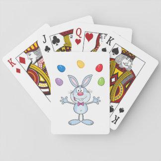Huevos que hacen juegos malabares del conejito de baraja de cartas