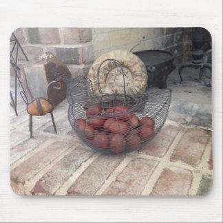 Huevos realistas de Marans en la cesta Mousepad