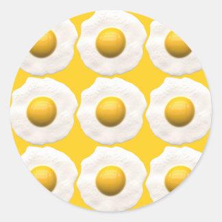 Huevos sobre fácil pegatina redonda