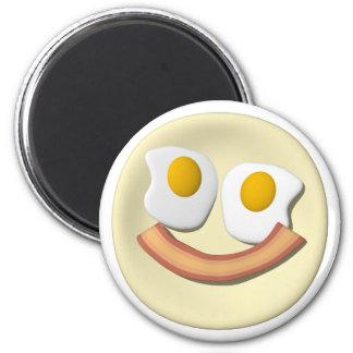 Huevos y cara del smiley del tocino. iman de nevera