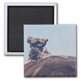 Humo que se escapa del volcán activo Anak Krakatau Imán