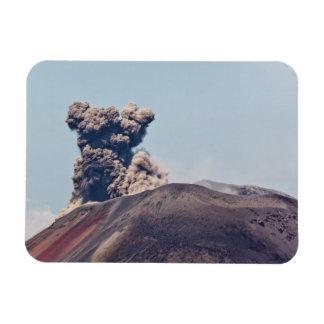 Humo que se escapa del volcán activo Anak Krakatau Iman De Vinilo