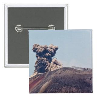 Humo que se escapa del volcán activo Anak Krakatau Pin Cuadrado