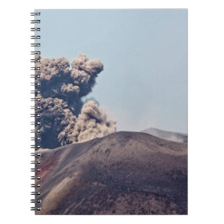 Humo que se escapa del volcán activo Anak Krakatau Spiral Notebooks