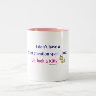 Humor corto del gatito de la capacidad de concentr tazas