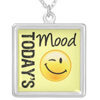Humor de hoy que sonríe y que guiña colgante cuadrado