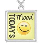 Humor de hoy que sonríe y que guiña pendiente personalizado