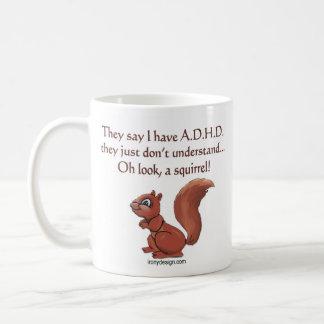 Humor de la ardilla de ADHD (ambos lados) Taza